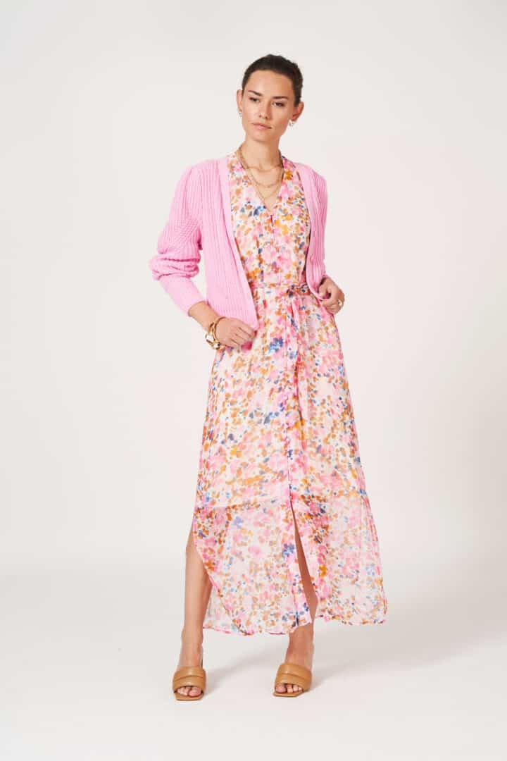 lange jurk in roze bloemenprint met roze gilet dante6t tineb oudenaarde damesmode
