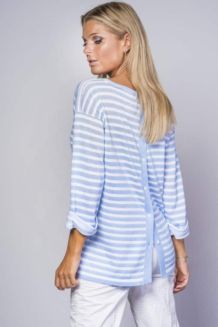 langere trui met lichtblauwe strepen knopen rug anneclaire tineb oudenaarde damesmode