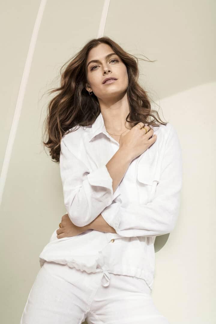 Witte linnen bloes op linnen pantalon detail brax tineb oudenaarde damesmode