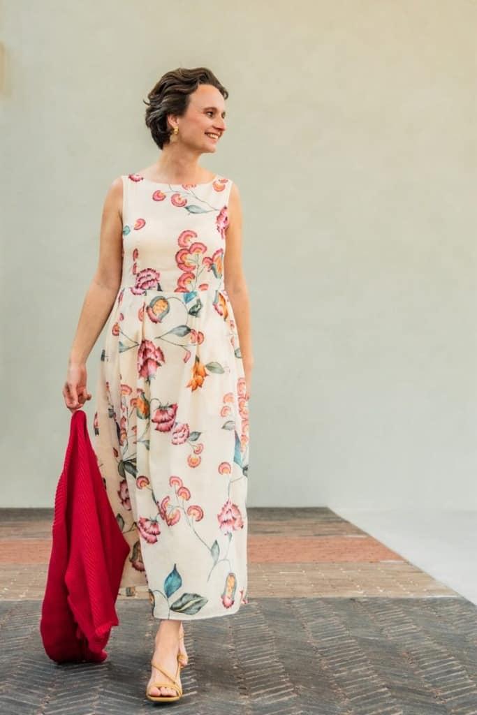luisacerano halflange jurk bloemdessin kersenrood gilet tineb oudenaarde 683x1024 1