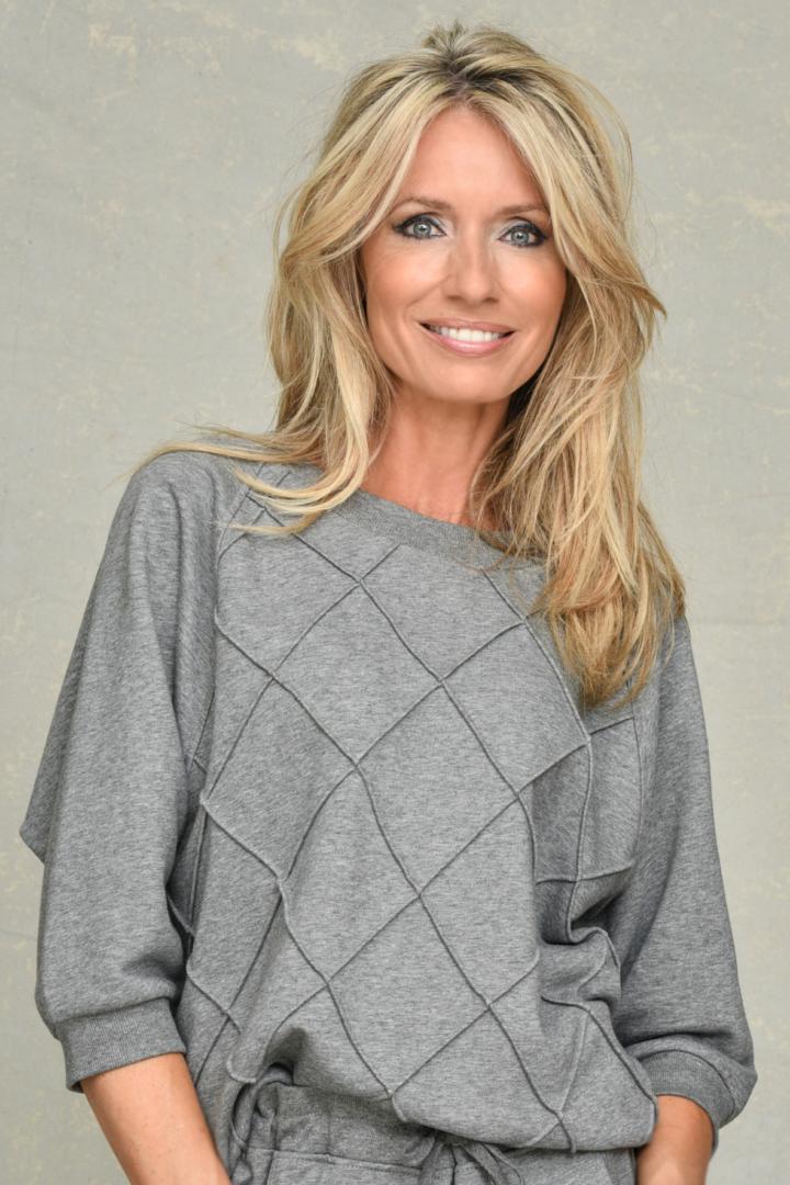lichtgrijze sweater margittes 31 tineb oudenaarde damesmode
