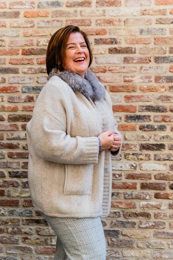 greige vest met pelskraag anneclaire 74 tineb oudenaarde damesmode